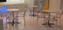 Tavoli Rotondi Standard e Sedie B-Side Trasparenti